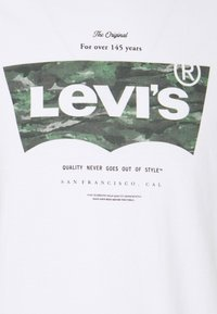 Levi's® - HOUSEMARK GRAPHIC TEE - Print T-shirt - white - 4