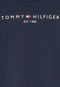 Tommy Hilfiger - ESSENTIAL TEE - Triko spotiskem - blue - 4