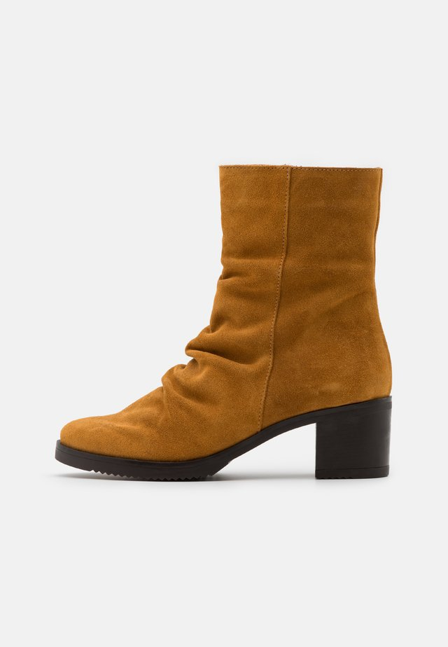 LUCIA - Classic ankle boots - mostaza