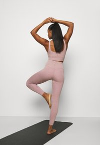 Nike Performance - THE YOGA LUXE 7/8 - Tights - smokey mauve/htr/(desert dust) - 2