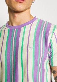 Bellfield - EMBROIDERY LOGO STRIPE TEE - Print T-shirt - lilac - 5