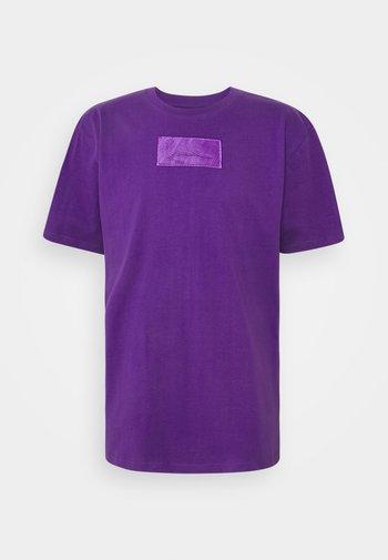 SMALL SIGNATURE BOX TEE UNISEX  - T-shirt imprimé - purple
