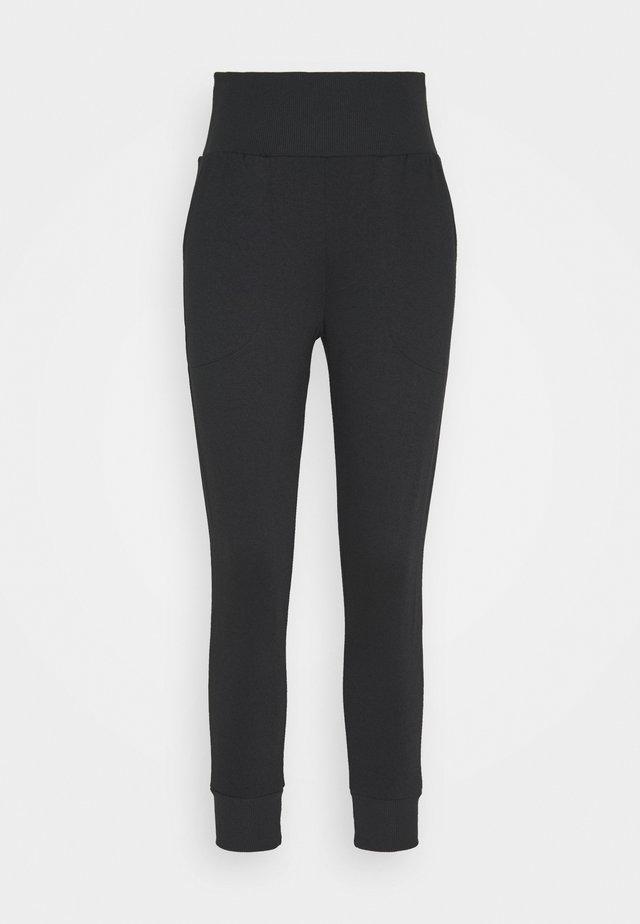 FLOW HYPER 7/8 PANT - Spodnie treningowe - black/dark smoke grey