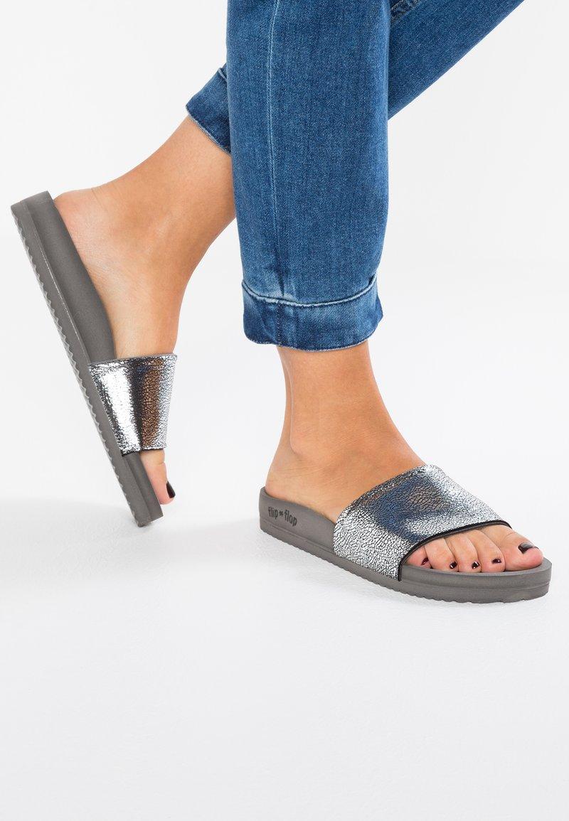 flip*flop - POOL METALLIC CRACKED - Mules - steel