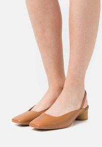 ÁNGEL ALARCÓN - Classic heels - papirus - 0