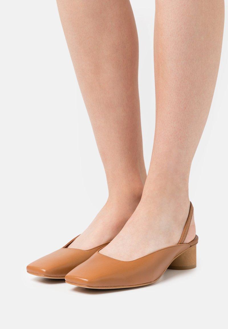 ÁNGEL ALARCÓN - Classic heels - papirus