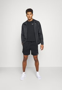 Nike Performance - Korte sportsbukser - black/smoke grey/silver - 1
