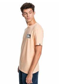Quiksilver - ISLE OF STOKE - Print T-shirt - apricot - 3