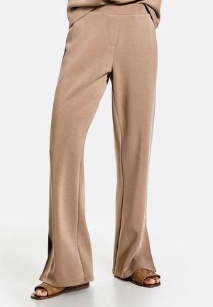 MIT SAUMSCHLITZEN - Trousers - jura marble