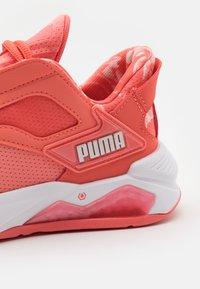 Puma - LQDCELL METHOD UNTMD FLORAL - Scarpe da fitness - georgia peach/white - 5