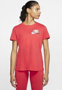 Nike Sportswear - TEE NOVEL - T-shirts med print - track red/white - 0
