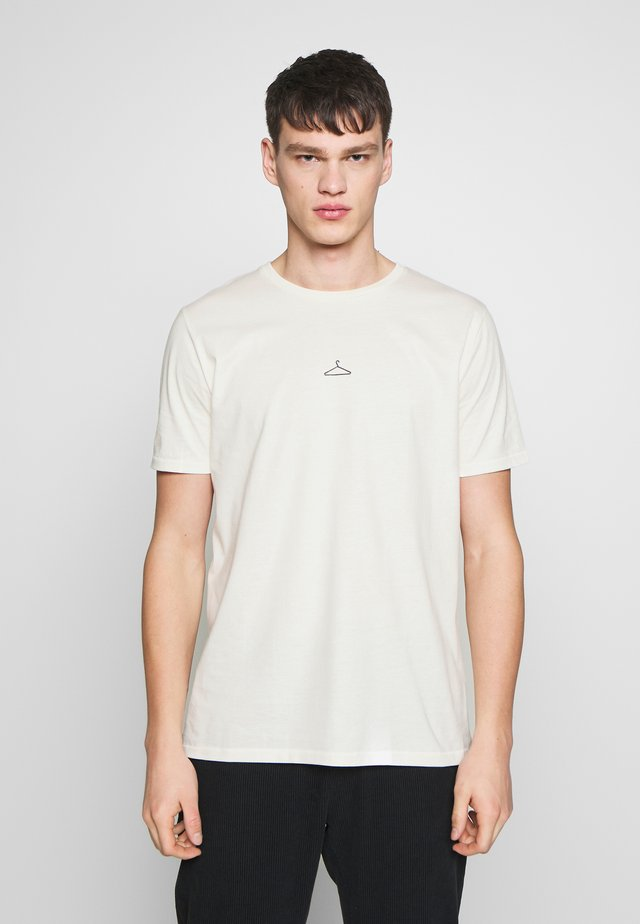 HANGER TEE - T-shirt z nadrukiem - ecru/black