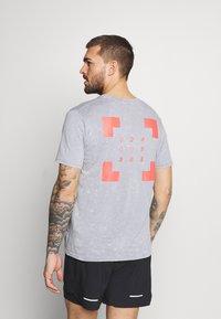 Under Armour - RUN ANYWHERE - Print T-shirt - steel - 2