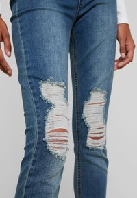 Missguided - SINNER DISTRESS KNEE CUT  - Jeans Skinny Fit - blue - 5