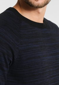 Pier One - Stickad tröja - mottled dark blue - 4