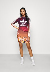 adidas Originals - GRAPHICS SPORTS INSPIRED DRESS - Etuikleid - multicolor - 1