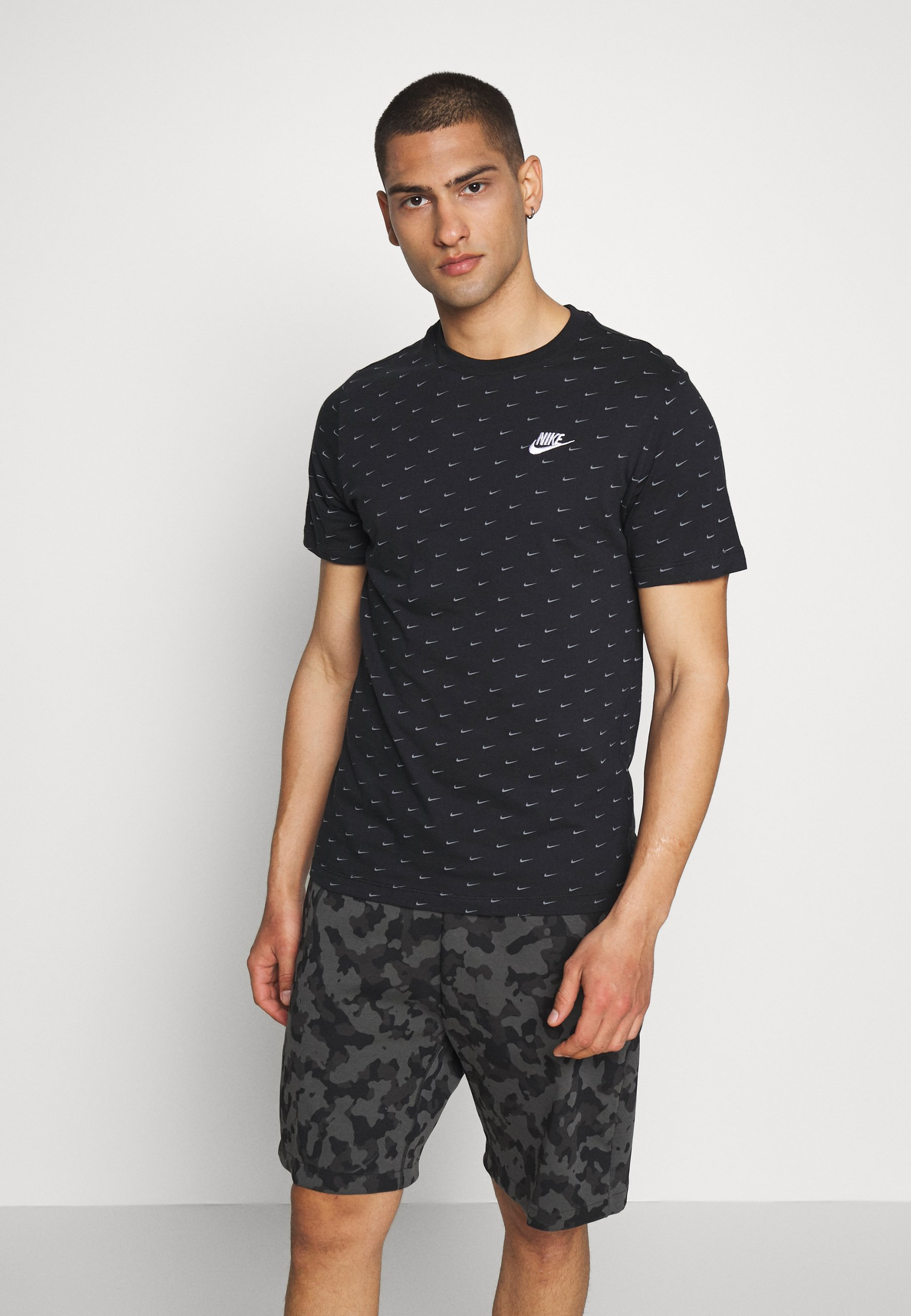 Nike Sportswear TEE MINI - T-shirt z nadrukiem - black/grey - Odzież męska Tani