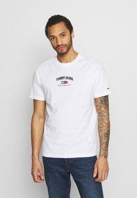 Tommy Jeans - TIMELESS SCRIPT TEE UNISEX - T-shirt med print - white - 0