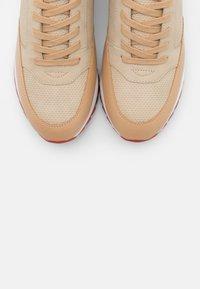 PARFOIS - Baskets basses - beige/red - 5