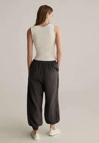 OYSHO - Pantalon de survêtement - brown - 2