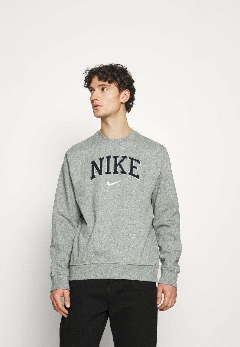 Nike Sportswear - RETRO CREW - Sweatshirt - dark grey heather