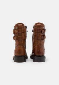 Carmela - Kovbojské/motorkářské boty - camel - 3