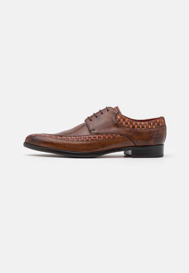 TONI - Šněrovací boty - mogano