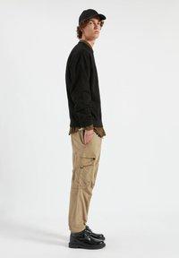 PULL&BEAR - Pantaloni cargo - mottled dark brown - 3