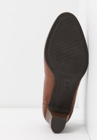 Tamaris - COURT SHOE - Escarpins - cognac - 6