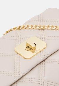 PARFOIS - CROSSBODY BAG HERMIONE M - Handbag - ecru - 3