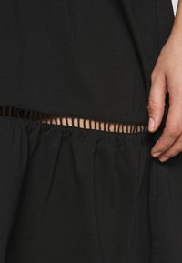 Vero Moda Curve - VMOILA ABOVE KNEE DRESS - Žerzejové šaty - black - 4
