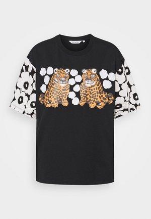 KARHUNPUTKI KAKSOSET PLACEMENT - Print T-shirt - black/off white/orange brown