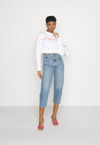 Tommy Jeans - REGULAR CROPPED TAPE CREW - Felpa - white - 1