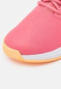 adidas Performance - GAMECOURT - Buty tenisowe uniwersalne - haze rose/silver metallic/footwear white - 5