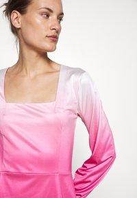 HOSBJERG - RILEY LONG SLEEVE DRESS - Pouzdrové šaty - pink dip dye - 5