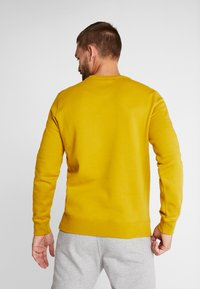 Champion - CREWNECK - Sweatshirt - dark yellow - 2