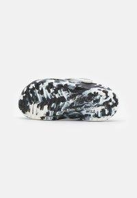 Crocs - CLASSIC MARBLED - Mules - white/black - 4