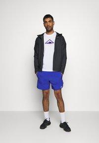 Nike Performance - DRY TEE TRAIL - T-shirt print - white/astronomy blue - 1