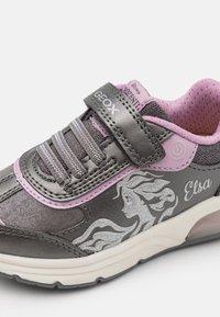 Geox - DISNEY FROZEN ELSA SPACECLUB GIRL  - Zapatillas - dark silver/lilac - 5