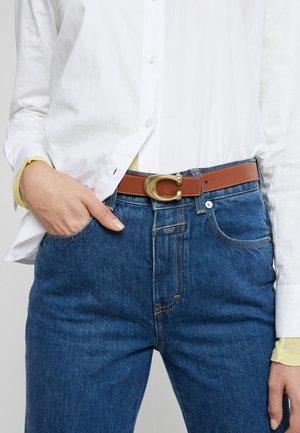 SCULPTED REVERSIBLE BELT - Pásek - saddle red