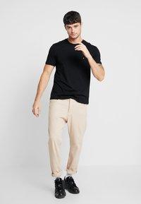 Calvin Klein - Jednoduché triko - black - 1
