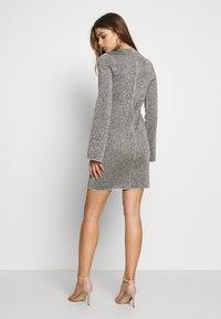 Good American - SPARKLE BELL DRESS - Denní šaty - silver - 2