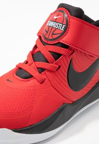 Nike Performance - TEAM HUSTLE 9 UNISEX  - Basketball shoes - university red/black/white - 2