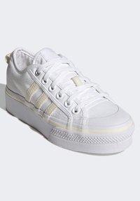 adidas Originals - NIZZA PLATFORM W - Baskets basses - ftwwht/owhite/silvmt - 2