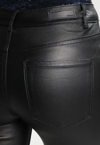 Pieces - PCFIVE COATED - Jeggings - black - 4