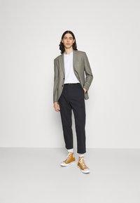 Levi's® - XX STAY LOOSE TAPER CROP - Trousers - caviar - 1