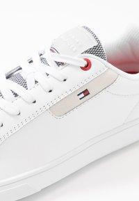 Tommy Hilfiger - ESSENTIAL CUPSOLE - Sneakersy niskie - white - 6