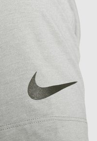 Nike Performance - BURNOUT - T-shirt z nadrukiem - particle grey/black - 4