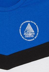 Modern Native - COLOUR BLOCK TEE - Camiseta estampada - white/blue - 4