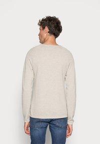 Jack & Jones - JJEHILL CREW NECK - Stickad tröja - oatmeal melange - 2